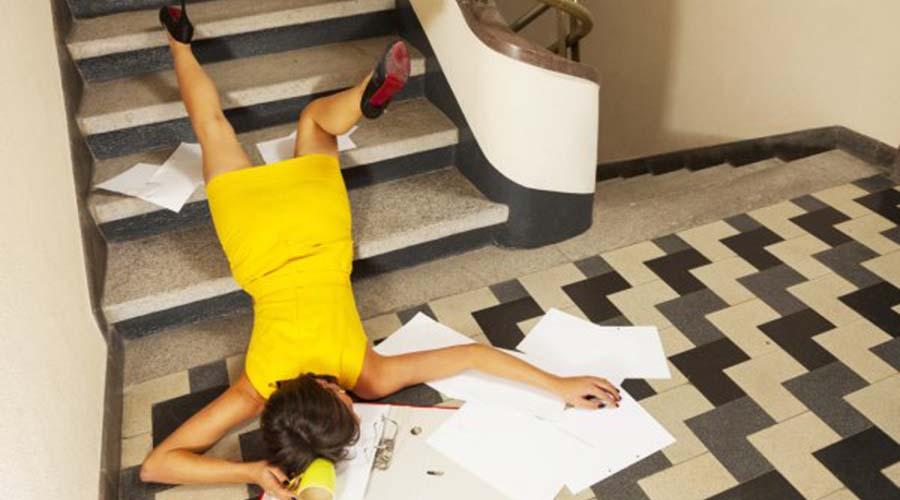 Instrucciones para Caerse por una Escalera